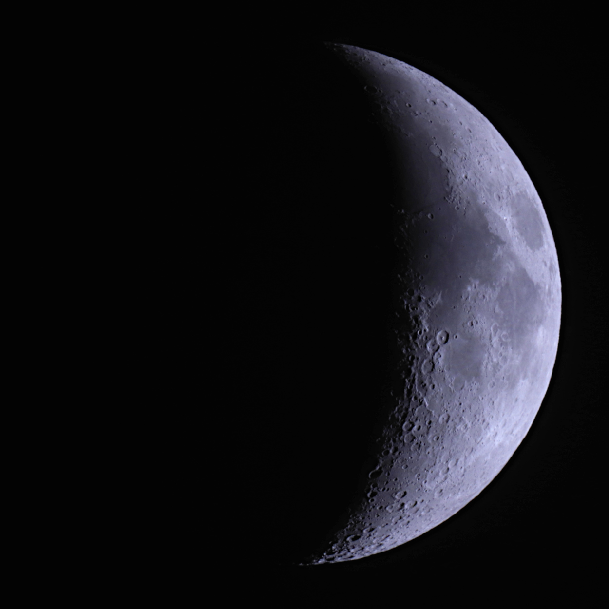 Mond_fast-halb_klein.jpg