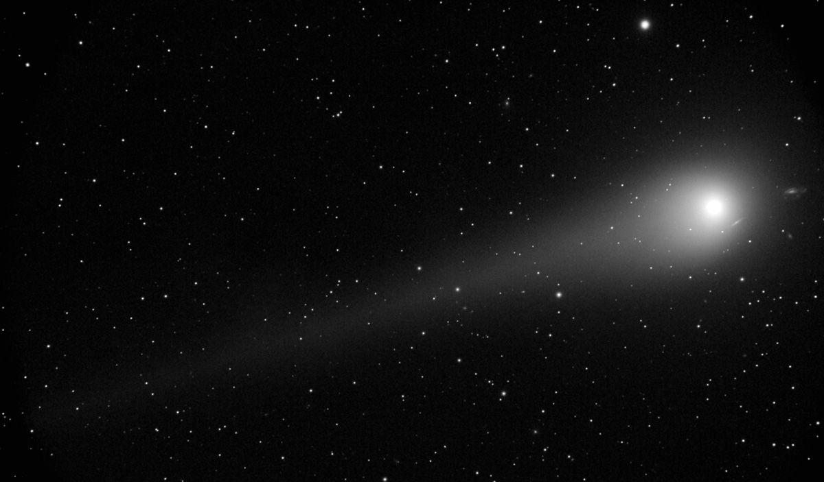 Komet_Lulin_passiert_am_28._Februar_2009_gegen_24:00_Uhr_eine_kleine_Galaxiengruppe..jpg